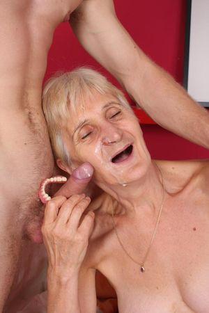 Бабушка дрочит вставной челюстью и ебется с внуком 6 фото
