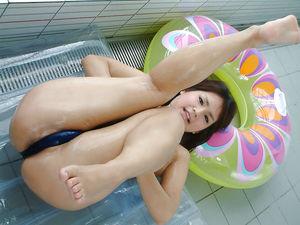 Красивая японка в купальнике