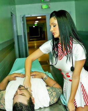 Сексапильная медсестра спасает парня минетом и анальным сексом 3 фото