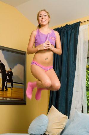 Так радуется, что нашла секс игрушку в шкафу 3 фото
