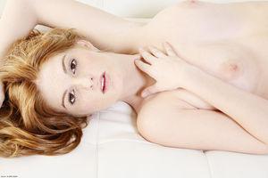 Эротическая фотосессия рыженькой модели с очень классными сиськами 2 фото