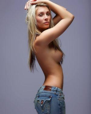 Скромная блондинка оголила шикарную грудь 8 фото