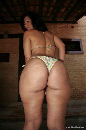 Жопастая тетка в бикини 4 фото