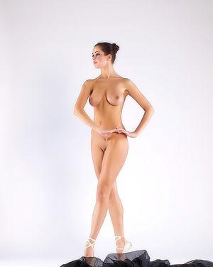 Балерина в чёрной пачке демонстрирует свою классную гладкую пилотку 7 фото