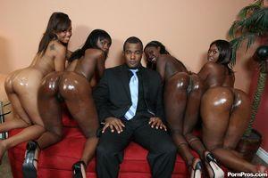 Черный парень долбит дырочки классных негритянок и поливает их спермой 2 фото