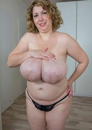 Зрелая толстуха показывает свои огромные жирные титьки 8 фото