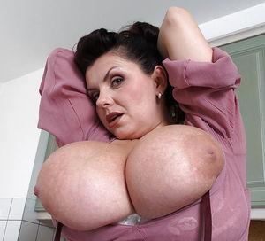 Дама наводит уборку на кухне вывалив большие груди 7 фото
