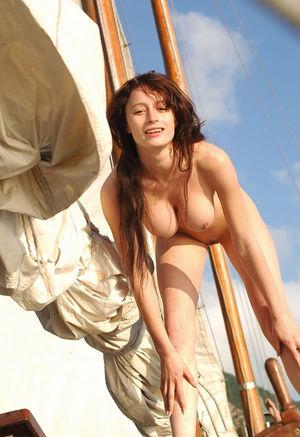Худенькая девушка отдыхает на яхте 9 фото