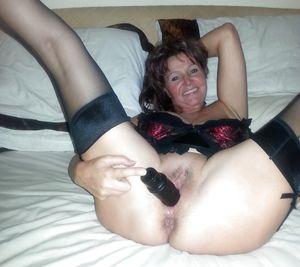 Женщина за 40 тыкает в пизду черный вибратор 7 фото