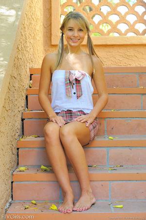 Милая девушка с косичками показала сисечки 9 фото