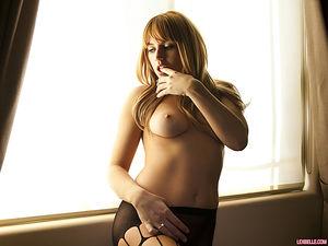 Красивая блондинка в колготках мнет сиськи 11 фото