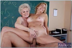 Две пожилые учительницы соблазнили на сношение молодого горячего физрука 4 фото