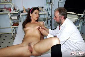 Старый доктор поимел молодуху на медосмотре 2 фото