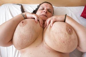 Развратная бабуля с обвисшими дойками и мохнатой мандой 11 фото