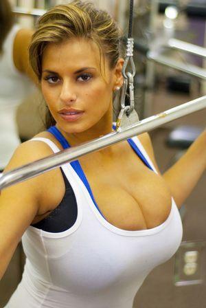 Спортивная деваха с большой грудью 7 фото