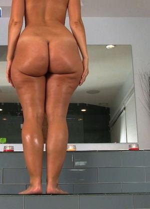 Rosee Divine купается в ванной 6 фото