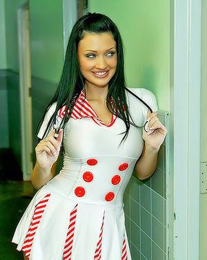 Сексапильная медсестра спасает парня минетом и анальным сексом 4 фото
