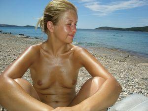 Обычные девушки топлесс на пляже