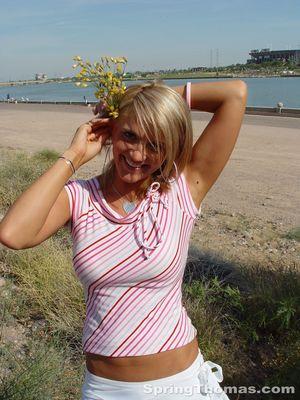 Блондинка задирает юбку в публичных местах 9 фото