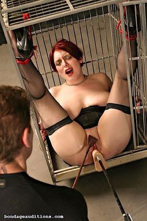 Соблазнительную рыжую жену закрыли в клетке и испытали на ней секс машину 12 фото