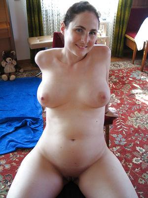Жена затолкала себе в пизду большой огурец 3 фото