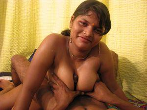 Индийская шмара с красивой грудью трахается 2 фото