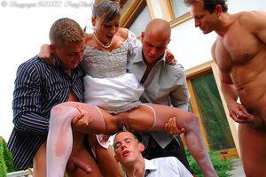 Невесту пустили по кругу дружки жениха