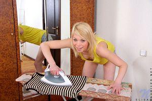 Худая блондинка мастурбирует бритую пизду рукой 2 фото