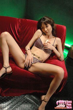 Худая азиатка в нижнем белье ласкает мохнатку 6 фото