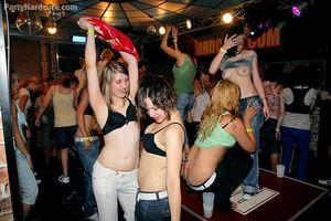 Напились и давай трахаться в ночном клубе 0 фото