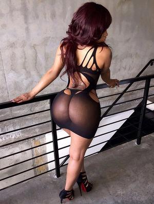 Красивая темнокожая девушка с классным задом 14 фото