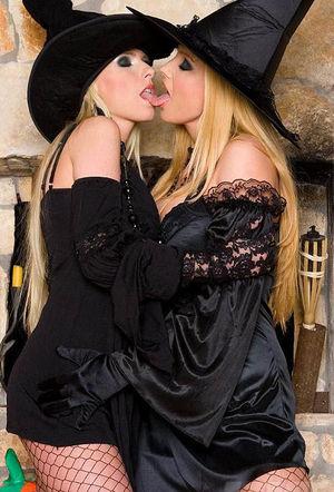 Развратные сучки в костюмах ведьм 10 фото