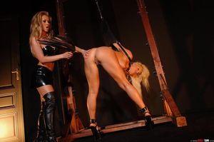 Лесбиянка доминирует над секси блондинкой 7 фото