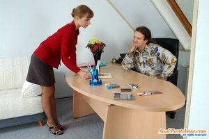 Секретарша ублажает босса на работе.