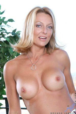 Зрелая блондинка раздевается, показывая стройную фигуру 9 фото