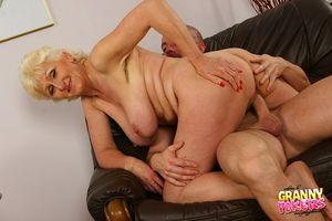 Светловолосая старуха развлекается с молодым любовником. 4 фото