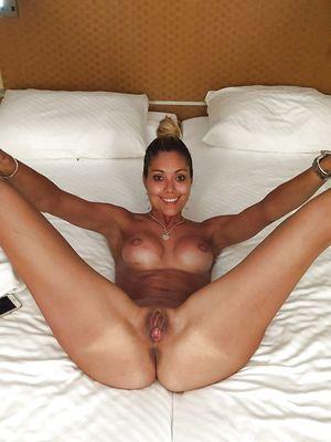 36-летняя блондинка делает эротические фото на отдыхе 1 фото