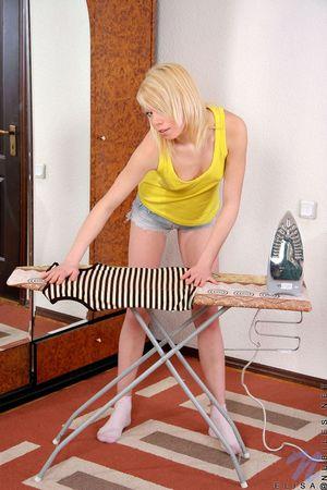 Худая блондинка мастурбирует бритую пизду рукой 1 фото