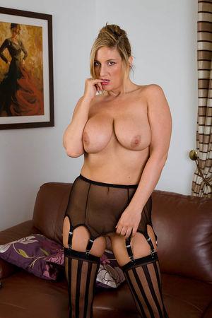 Дамочка в чулочках удовлетворяет себя на диване 2 фото