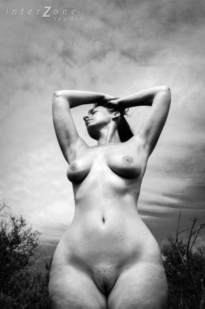 Черно-белое фото зрелки с широкими бедрами