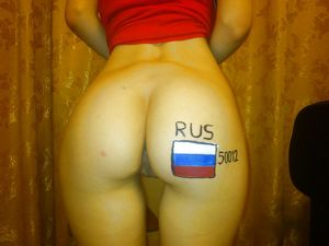 Русская девка трахает себя в жопу большими игрушками