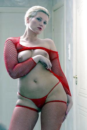Мамка в сексуальном красном наряде 6 фото