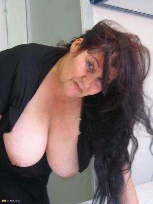 Жирная старая баба мастурбирует с помощью большого кабачка 3 фото