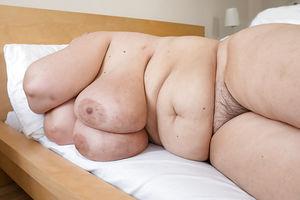 Развратная бабуля с обвисшими дойками и мохнатой мандой 7 фото