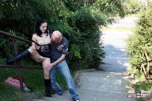 Лысый парень отодрал сексуальную брюнетку на улице 4 фото