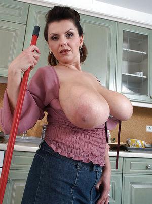 Дама наводит уборку на кухне вывалив большие груди 1 фото