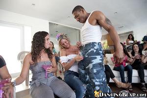 Стриптизеры и девушки, пригласившие их занимаются оральными ласками 2 фото