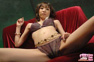 Худая азиатка в нижнем белье ласкает мохнатку 2 фото