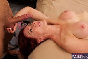 Зрелая пятидесятилетняя женщина получает наслаждение с молоденьким любовником в постели 1 фото