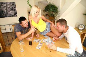 Блонда проиграла в карты и теперь участвует в МЖМ 12 фото